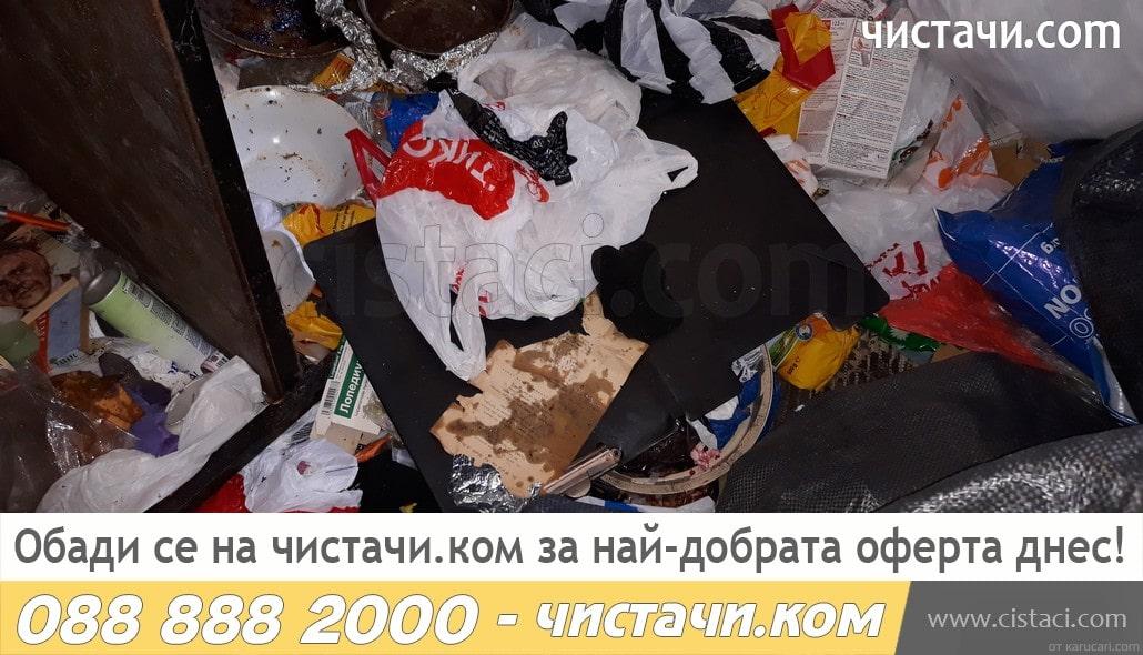 Изнасяне на отпадъци от жилище на клошар в Димитровград